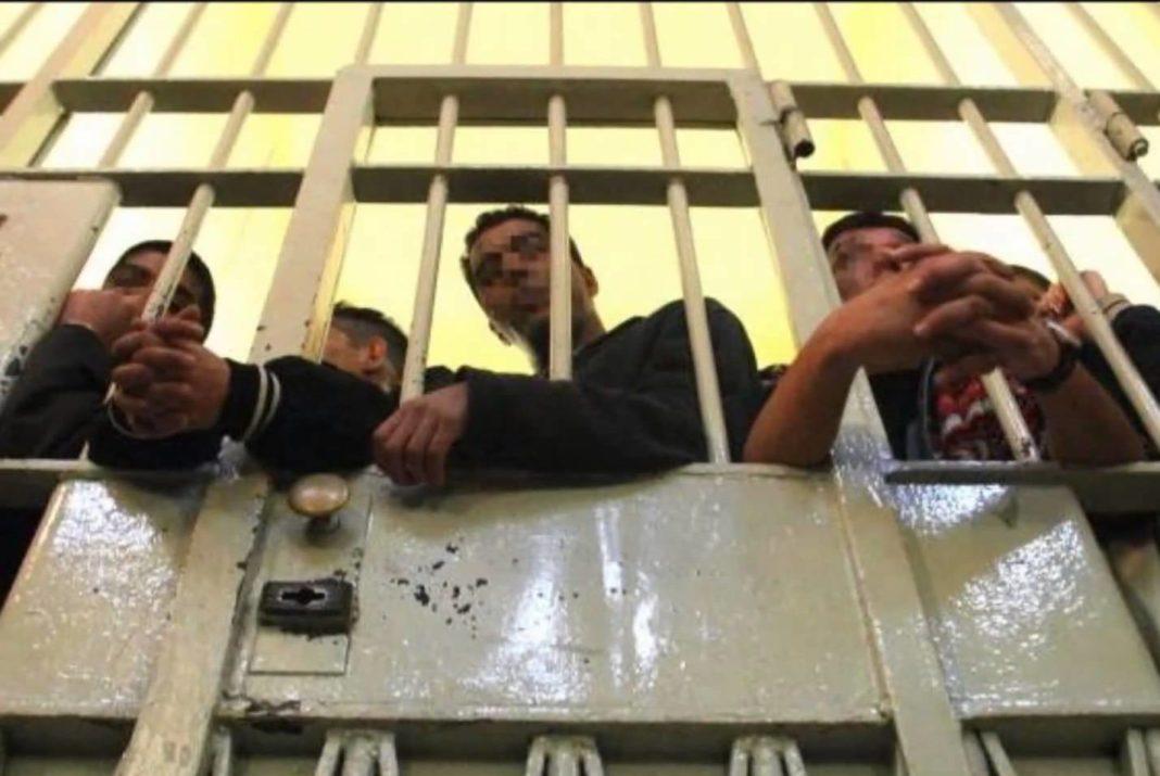 detenuto tunisino da fuoco a cella