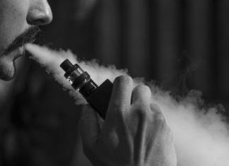 uomo che fuma una sigaretta elettronica