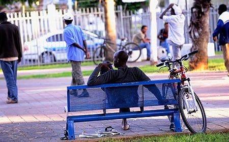 Nigeriano su una panchina