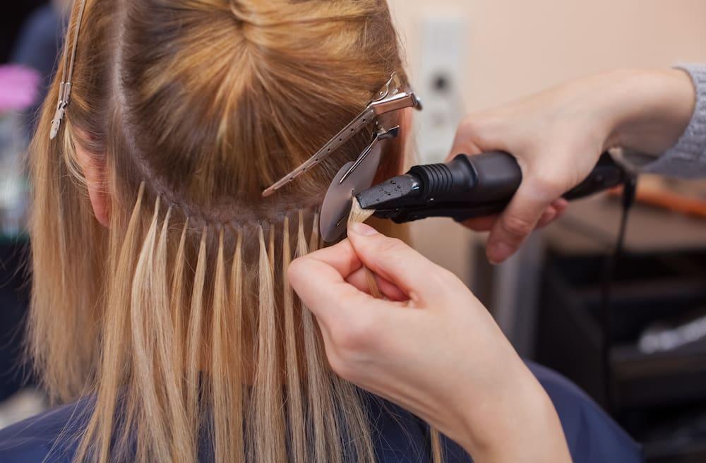 applicazione di una extension ai capelli