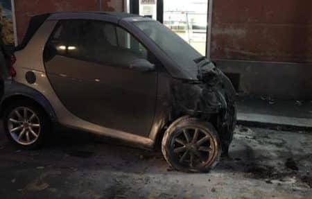 genova, auto incendiata