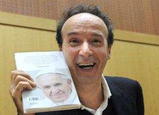 Roberto Benigni con libro del Papa
