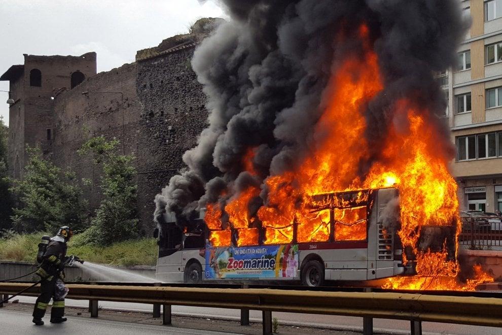Roma, autobus in fiamme