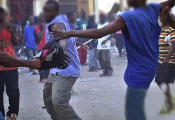 nigeriano stacca dito a morsi