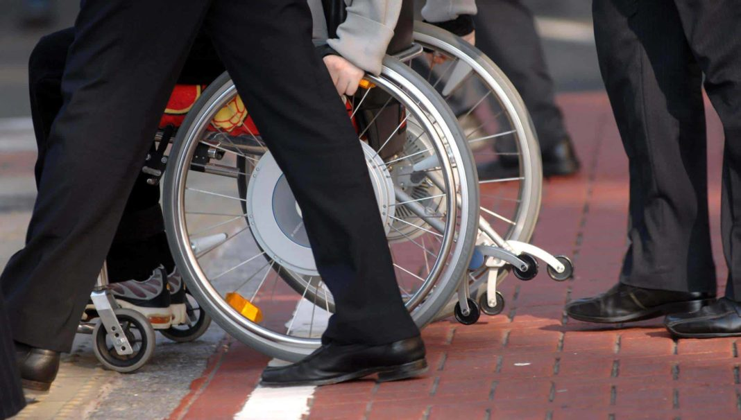sacerdote, abusi su disabile