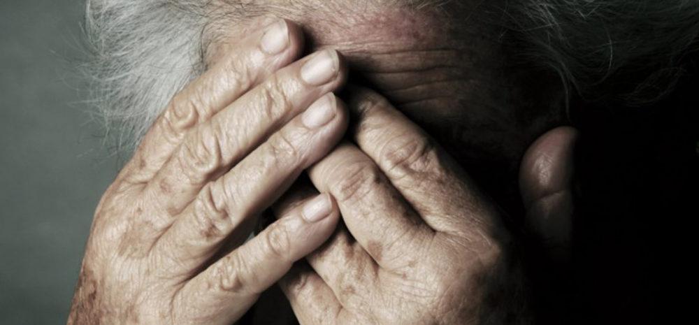 badante picchia anziana