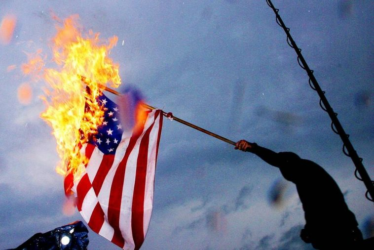 bandiera americana brucia