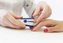un saturimetro applicato a un dito