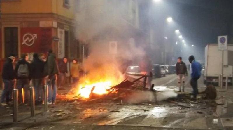incendio centro sociali attaccano pompieri