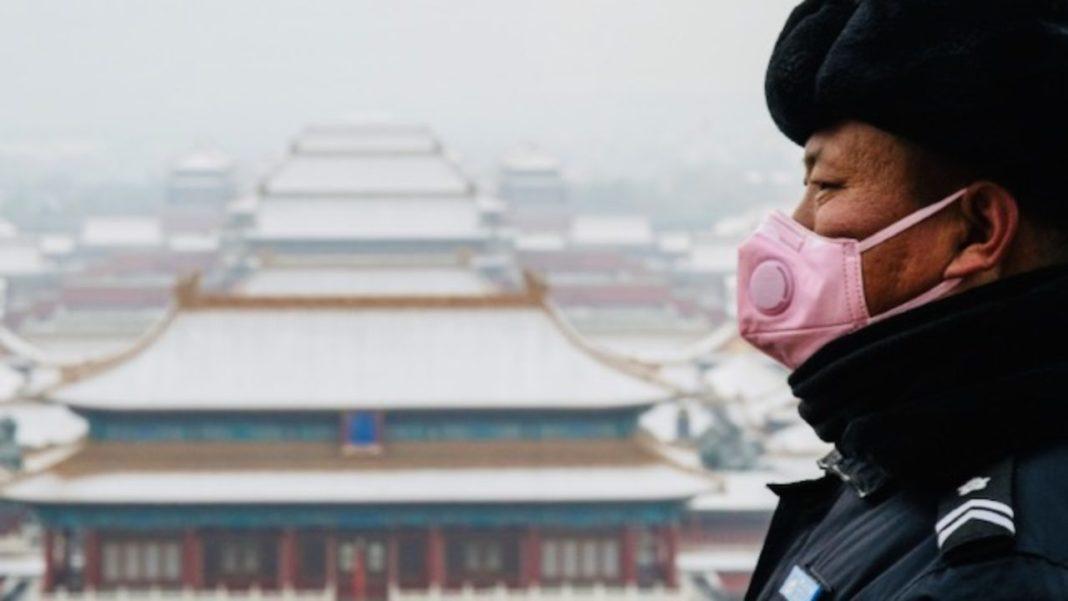 Cina, uomo con mascherina