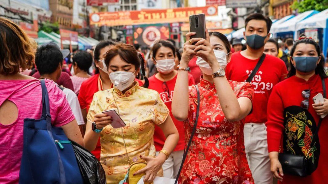 Persone a Bangkok con mascherine anti coronavirus