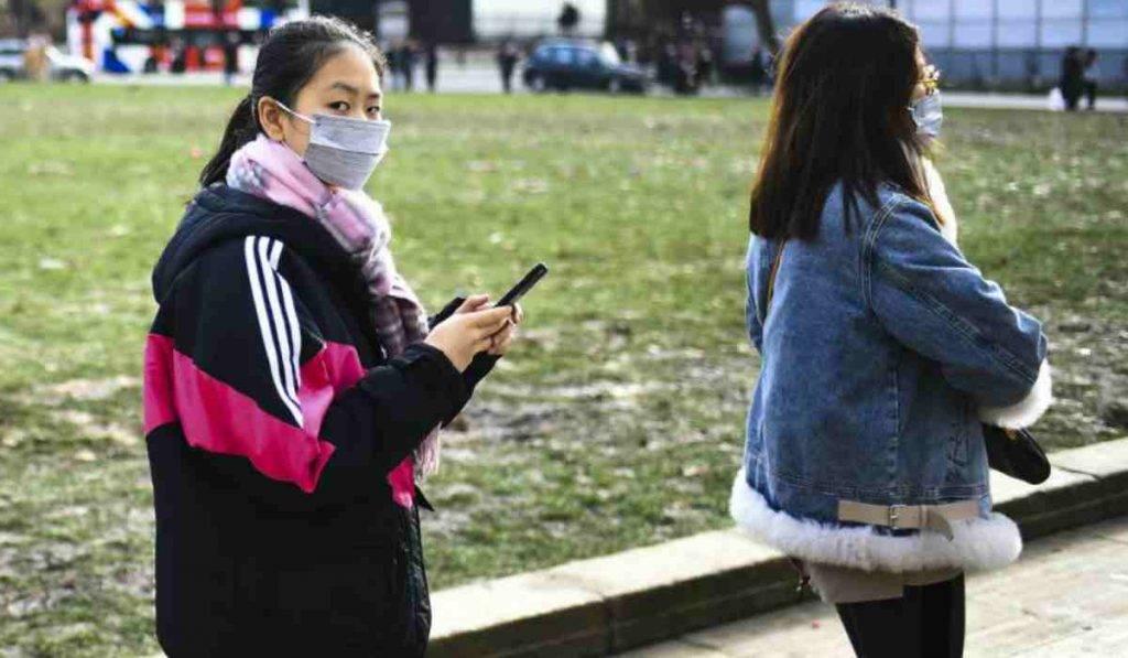 Studenti cinesi che camminano per strada