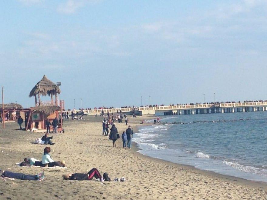 Raggi chiude spiagge di Ostia