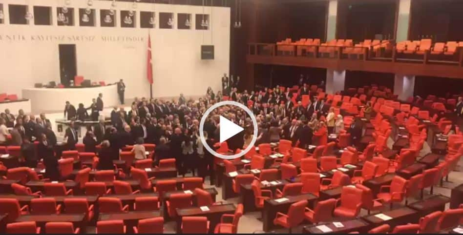 Turchia, rissa in Parlamento