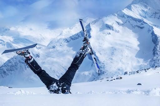 fugge dalla zona rossa per sciare