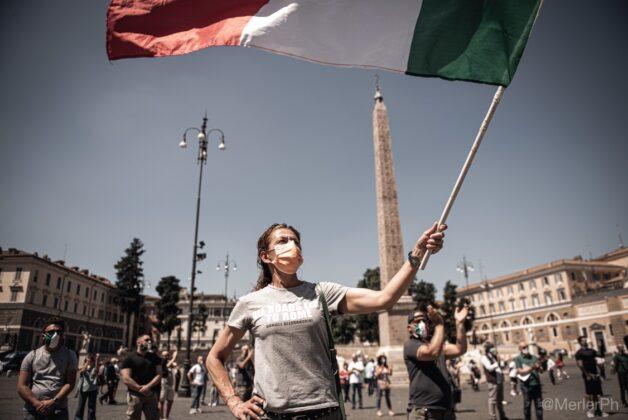 Mascherine tricolori    migliaia di italiani in piazza contro il governo  A Roma in 500 a