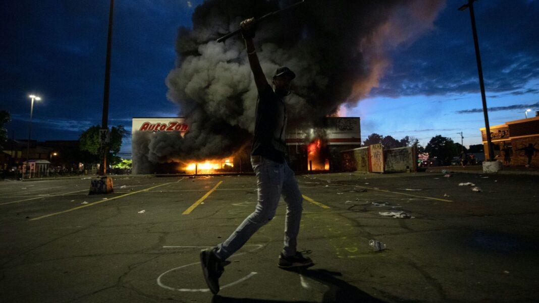 Caos e scontri a Minneapolis