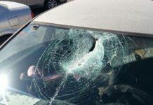 clandestino, sassi contro auto