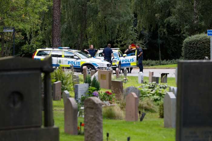 Svezia immigrati torturano cimitero