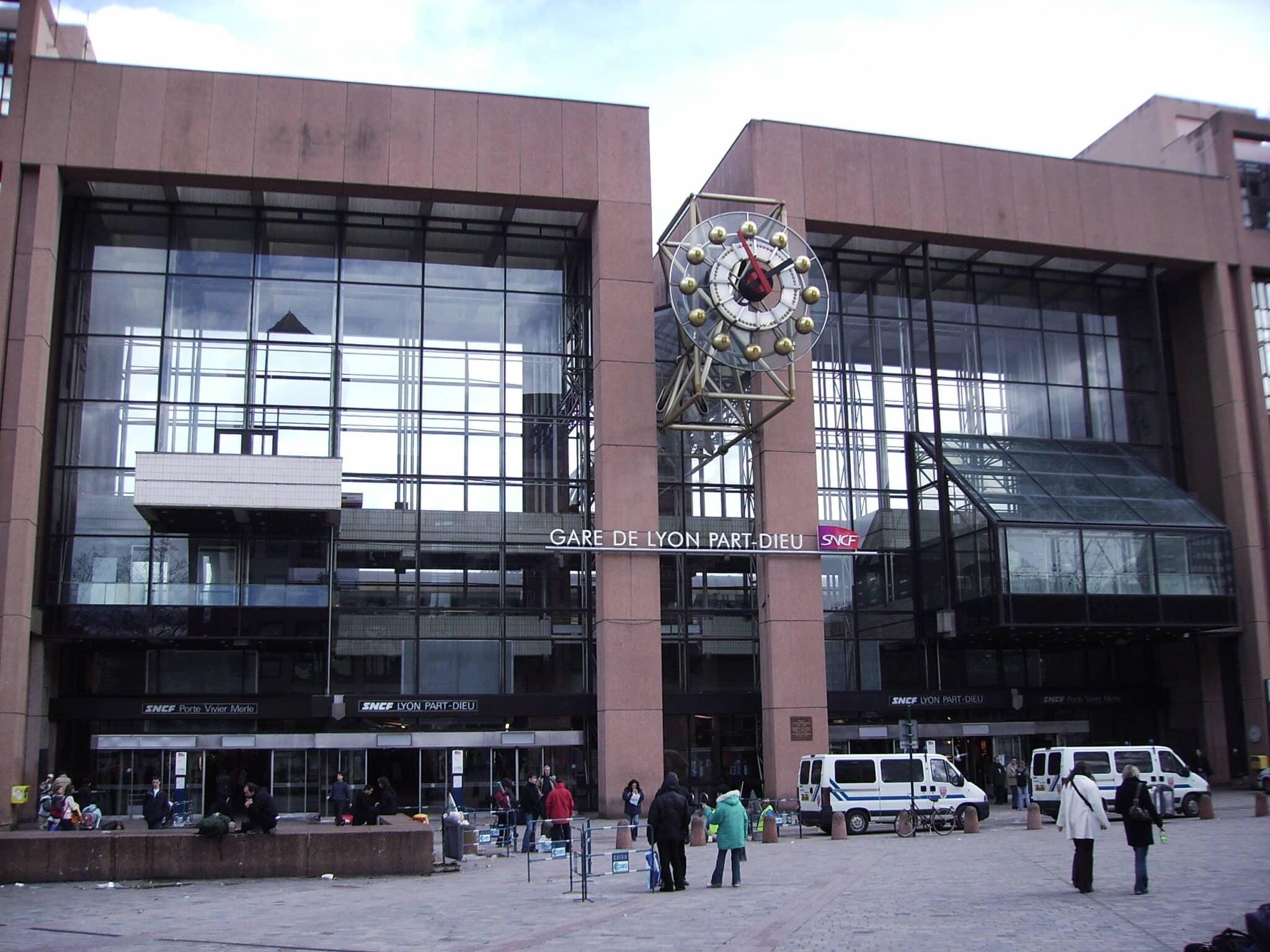 Allarme bomba stazione Lione: arrestata donna che minacciava farsi esplodere