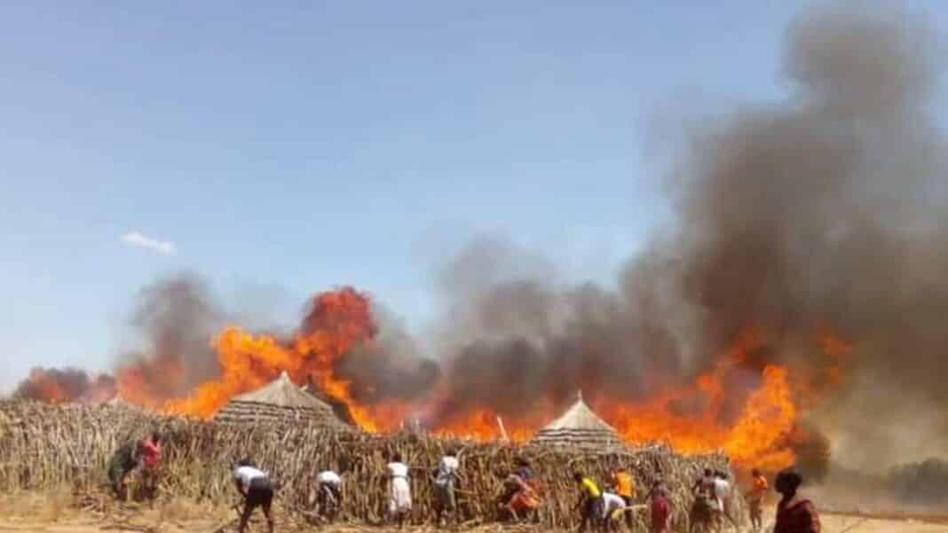 villaggio incendiato