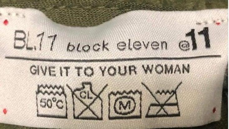 """""""Falli lavare alla tua donna"""". L'etichetta """"sessista"""" dei jeans fa sbroccare le femministe"""
