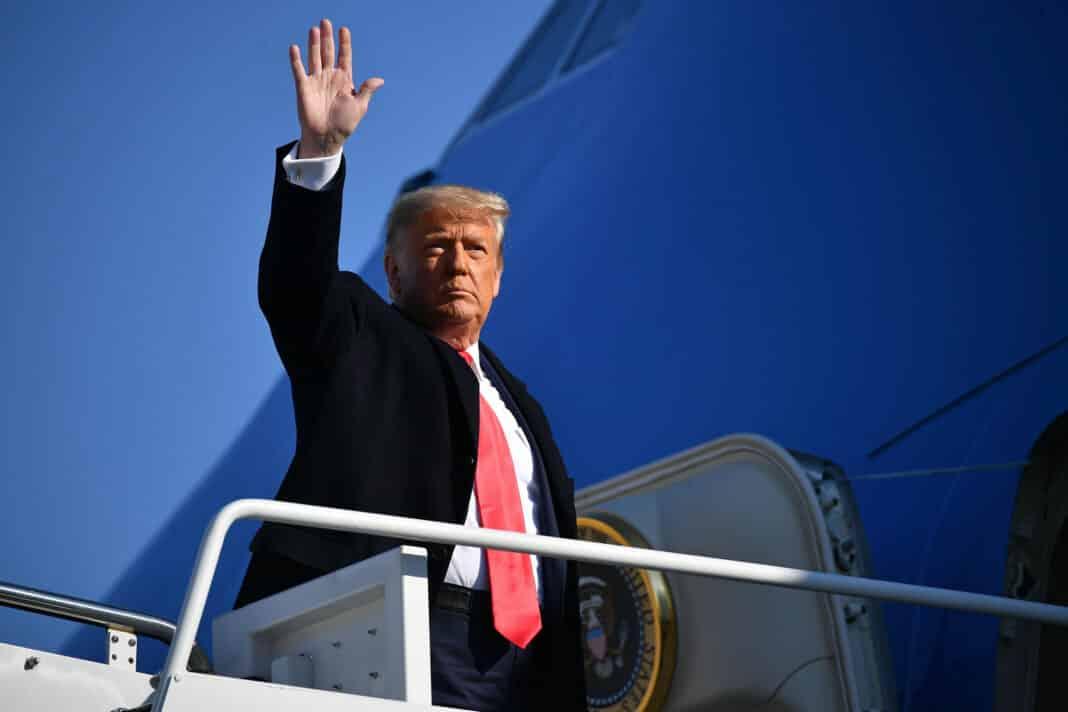 Trump, saluta