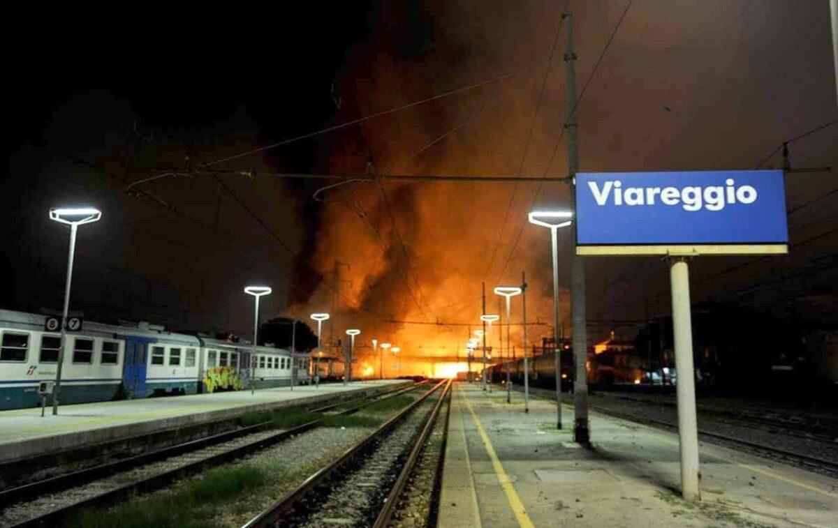 Strage di Viareggio senza colpevoli: omicidi colposi prescritti. Parenti delle vittime in lacrime