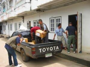 La prima fornitura di farmaci viene caricata su un furgone: destinazione la clinica di Boe Whay Hta, nel territorio Karen.