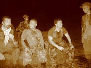 """Una delle prime missioni di Popoli: sulla destra un giovanissimo Nerdah Mya, figlio del leader dell'Esercito di Liberazione Nazionale Karen. Al centro il Dr. Bawah, """"colonna"""" della resistenza Karen e oggi coordinatore delle attività mediche di Popoli e Sol.Id."""
