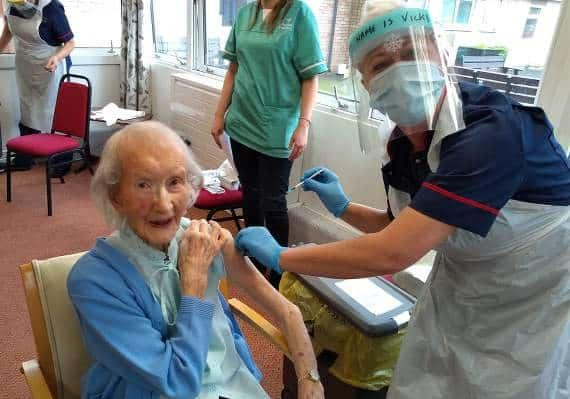 si fingono vecchiette vaccino