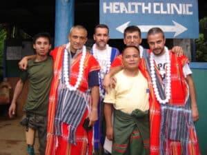 La prima missione del Dottor Maggi e del Dottor Turano, oggi veterani degli interventi di Popoli in terra Karen. I vestiti tradizionali sono stati donati in segno di riconoscenza dalla comunità del villaggio di Boe Whay Hta.