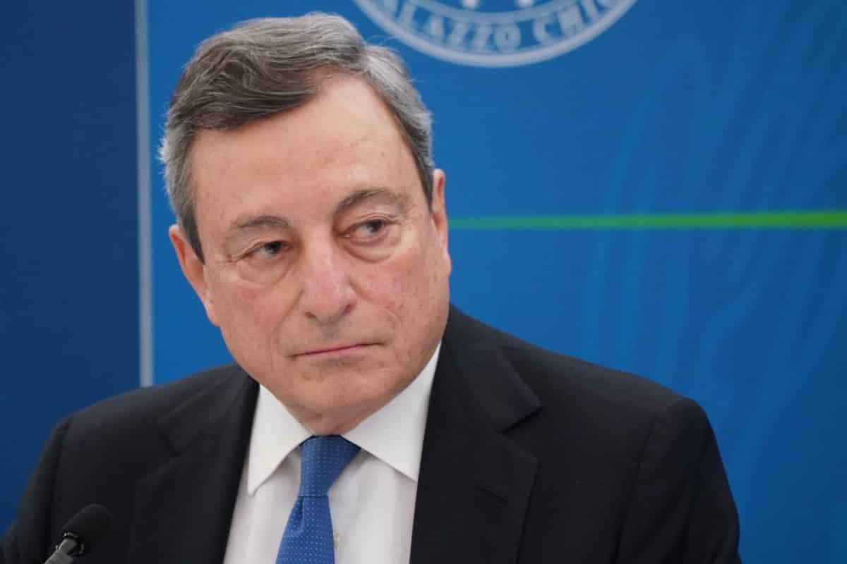 Da salvatore della patria a bella statuina: Draghi in caduta libera nei sondaggi