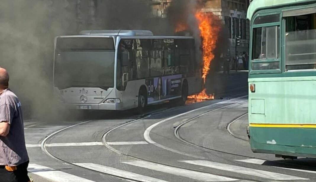 roma, bus fiamme