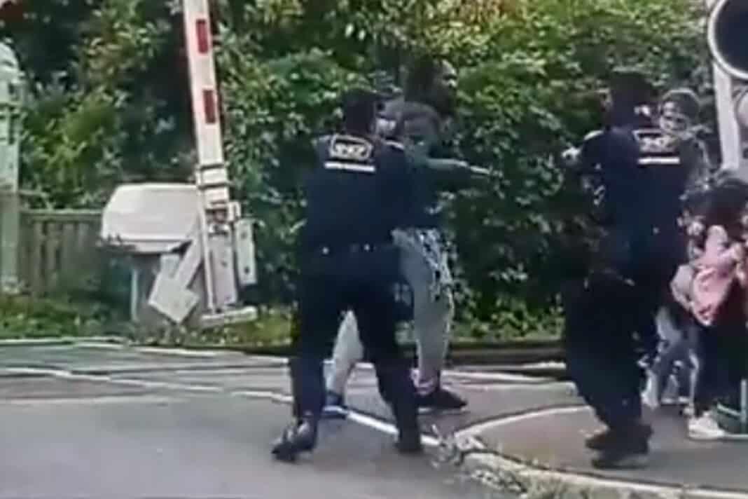 francia, minaccia bambini coltello