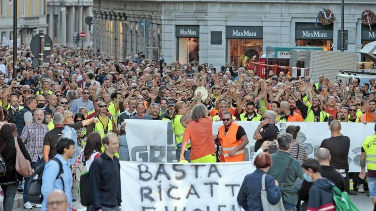 """Trieste, migliaia di lavoratori contro il green pass: """"Non accettiamo ricatti"""" (Video)"""
